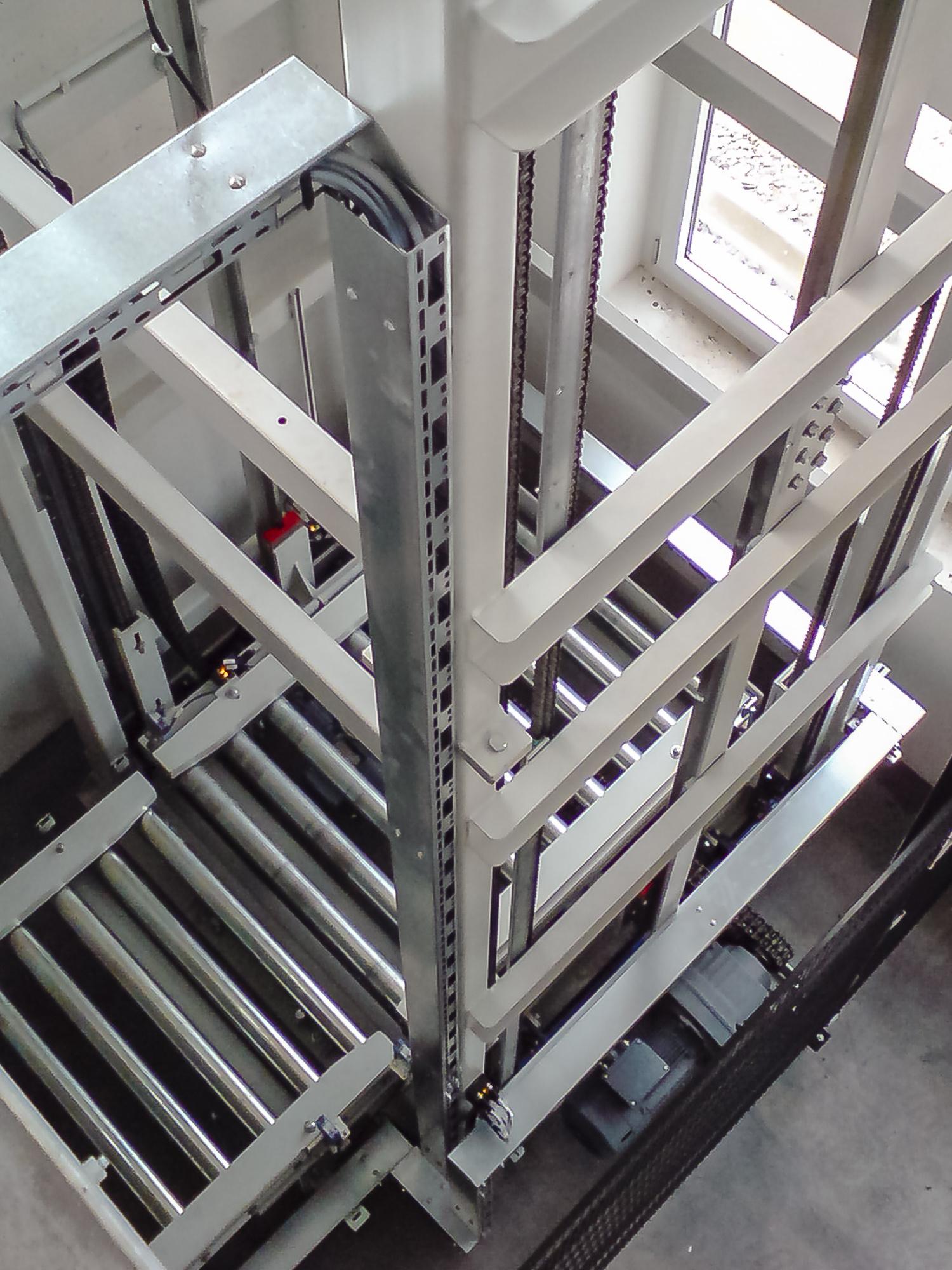 Vertikalförderer als Anbindung in die Keller-Ebene - Fördertechnik weiter gedacht