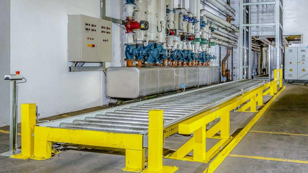Aufgabe und Abnahmepunkt für den Stapler - Rollenbahn im Verbund mit einem Vertiaklförderer
