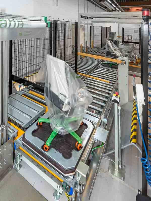 Aufgabestation nach der Montage - vollautomatischer Weitertransport über die Rollenbahn