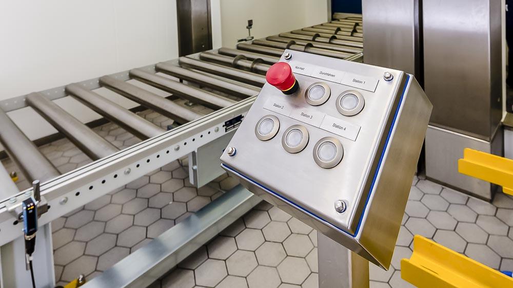 Bedienelemente für die Förderanlage sind in einem Edelstahlgehäuse eingefasst um maximale Hygiene zu gewähleisten