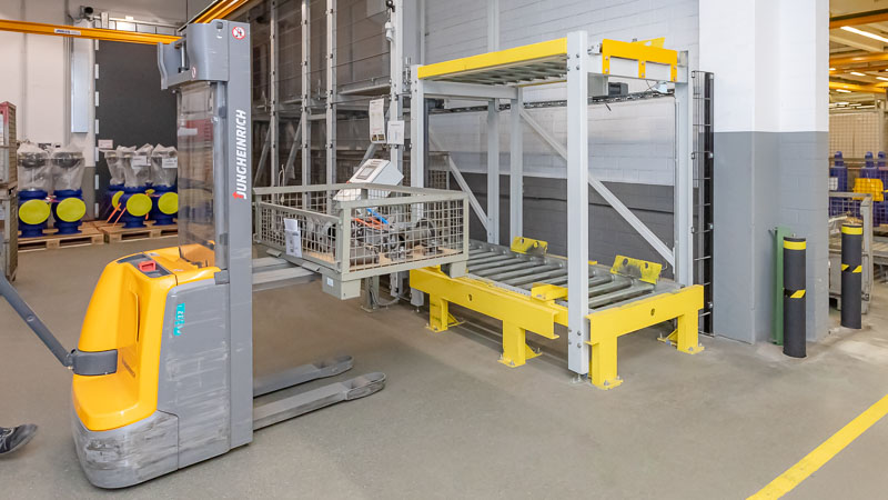 Beladung der Rollenbahn mittels Flurförderer auf zwei Ebenen - Platzsparend und Effizient