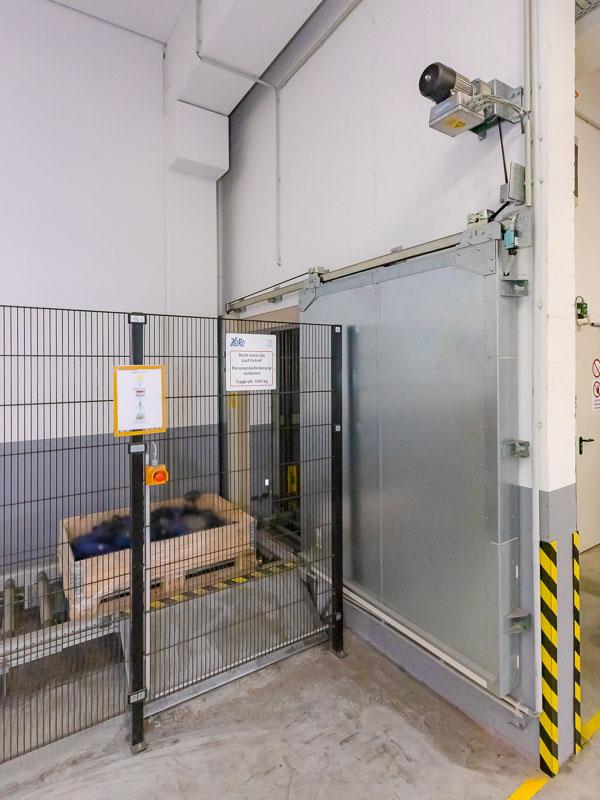 Brandschutz und Fördertechnik arbeiten Hand in Hand - Brandschutztor mit Sicherheitsschaltung für den Notbetrieb