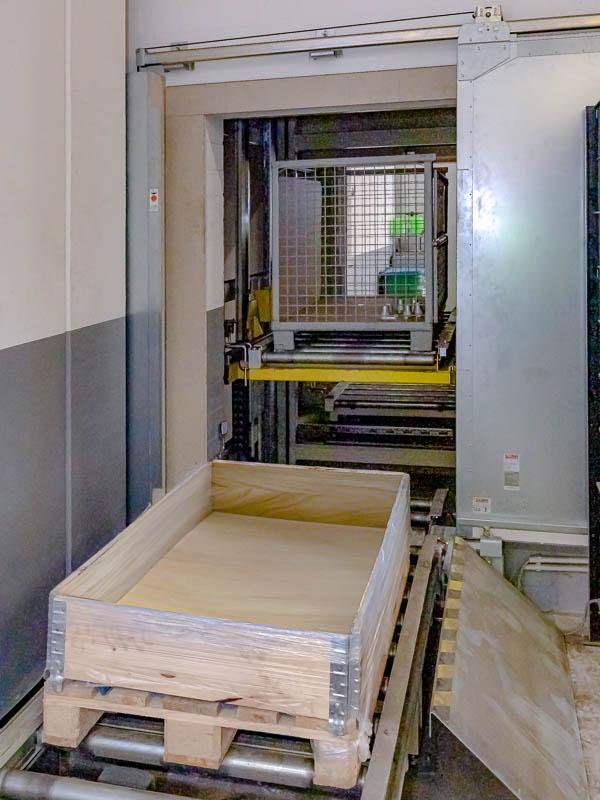 Brandschutz und Fördertechnik arbeiten Hand in Hand - vollautomatische Brandschutztore schützen die Ebenen und den Vertikalförderer