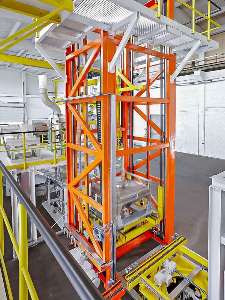 Transport Sonder- und Edlelstahlbehältern im Vertikalförderer stellen kein Problem dar