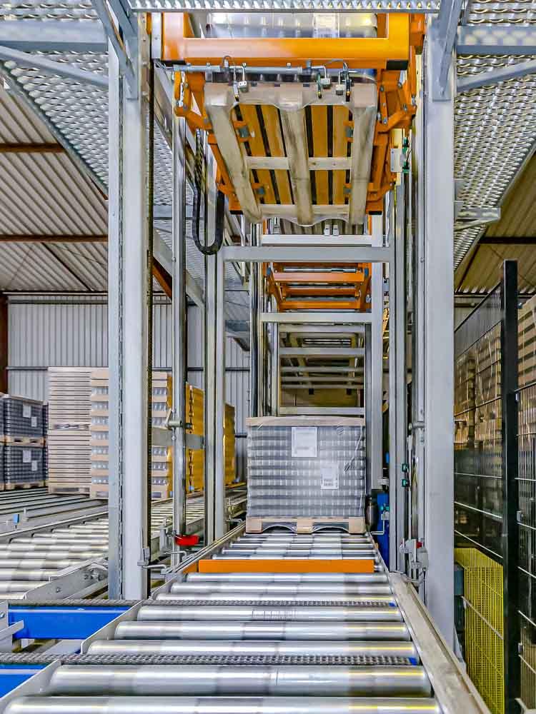 Der Vertikalförderer als Palettendoppler - Staplen von Fördergut auf Paletten bietet maximale Auslastung der Lagerflächen