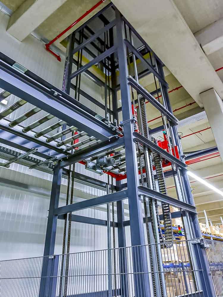 Der Vertikalförderer ist die Abbindung in die nächste Ebene - für Lagerprozesse und Versand
