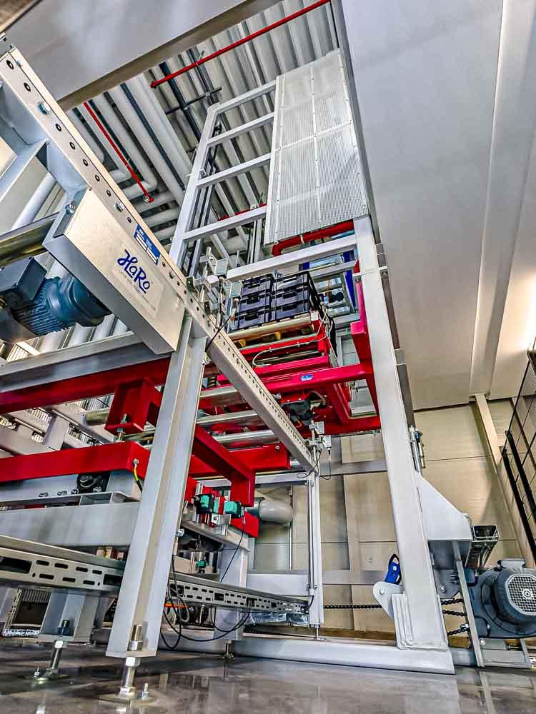Schnelle Amortisation durch hohe Effizienz - Vertikalförderer im Palettentransport als Wettbewerbsvorteil