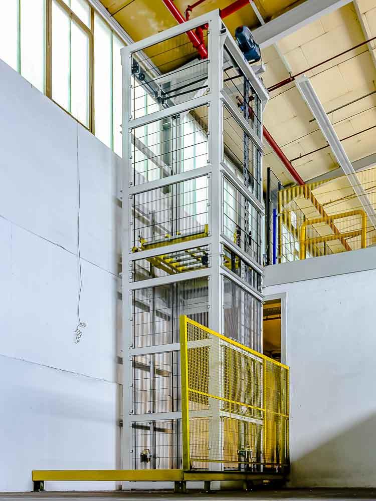 Schutzgitter am Vertikalförderer - Mitarbeiter-Schutz bei geringen Kosten - ein Muss bei automatischem Betrieb der Förderanlage