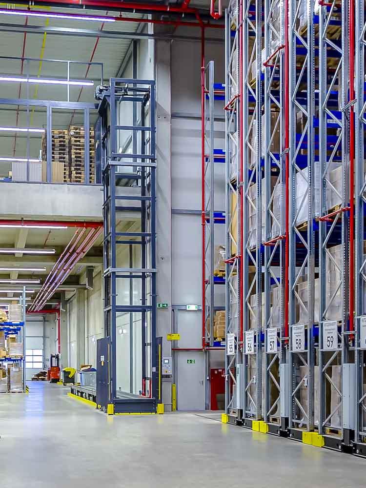 Anbindung der nächsten Ebene mit dem Vertikalförderer - Warenfluss und Lagerplätze erschließen statt Neubau einer Lagerhalle