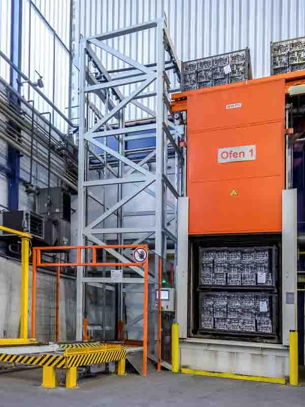 Die Förderstrecke bindet den bisher ungenutzten Raum in die Abkühlstrecke der Aluminium-Blöcke mit ein