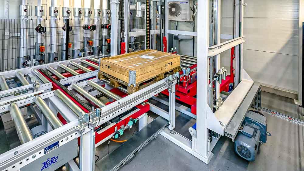 Automatisierte Paletten Zuführung im Vertikalförderer stellt die maximale Zuverlässigkeit der Förderanlage sicher