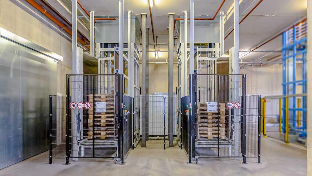 Palettenspeicher vor einem Vertikalförderer stellen die Versorgung der Produktion mit EU-PAL sicher