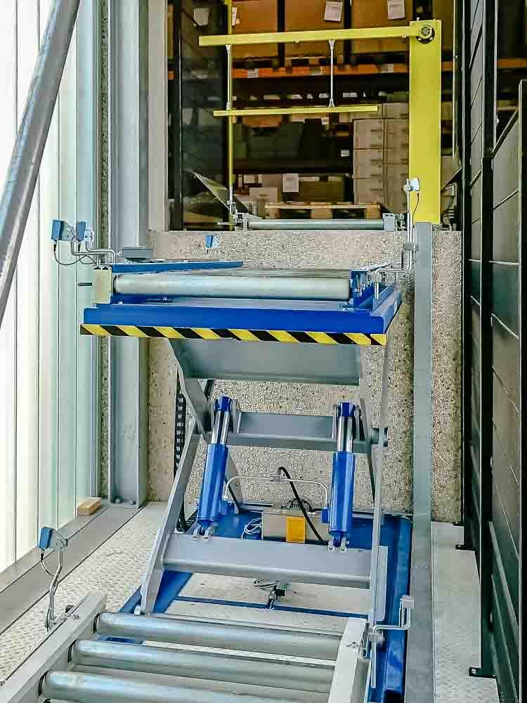 Ein Hubtisch ist ideal für die Überbrückung kleinerer Höhenunterschiede im Warentransport.