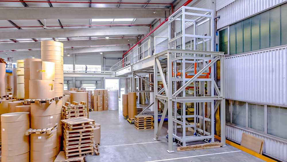 Transport der Produkte auf eine neue Ebene - Vertikalförderer in Kombination mit einer Rollenbahn