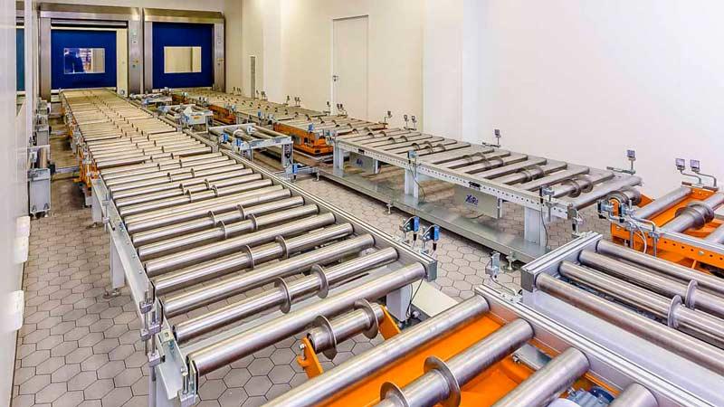Eine platzsparende Förderanlage auf engstem Raum bietet zusätzliche Lagerkapazitäten und Puffermöglichkeiten