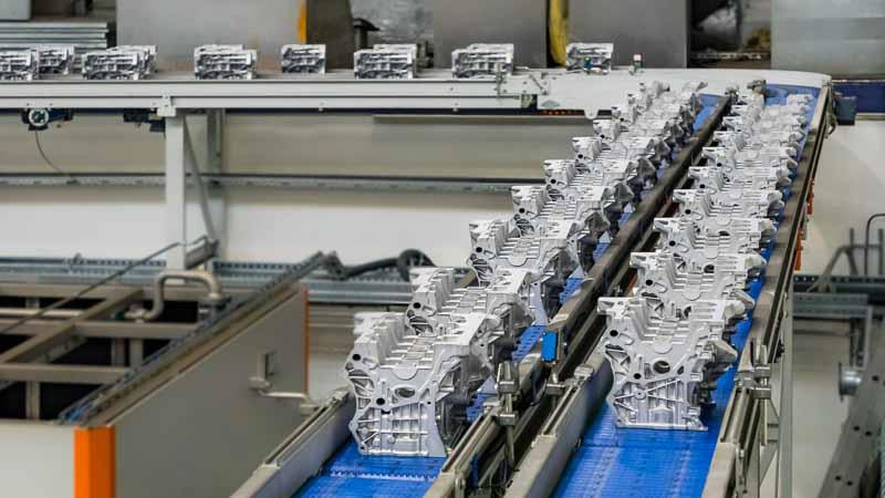 Förderstrecke mit Gliederbändern für den Transport zur Weiterverarbeitung am Roboter