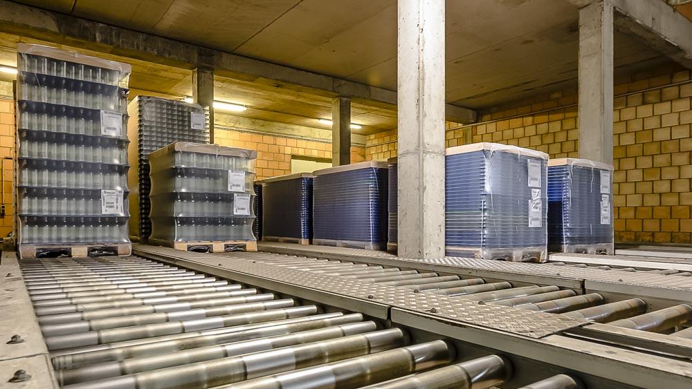Glastransport mit 2 Meter Fördergut Höhe - die Schwerlastrollenbahnen sorgen für einen kontinuierlichen Transport