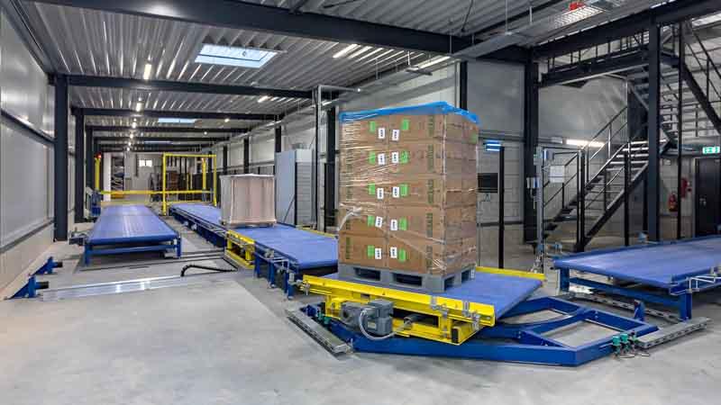 Gliederbandförderanlage mit Verschiebewagen und Schwenkstation - Intralogistik für Paletten