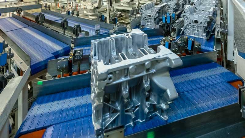 HaRo Drehstation in der Motorenproduktion - Chargensortierung mittels Rotation des Gliederbandförderers
