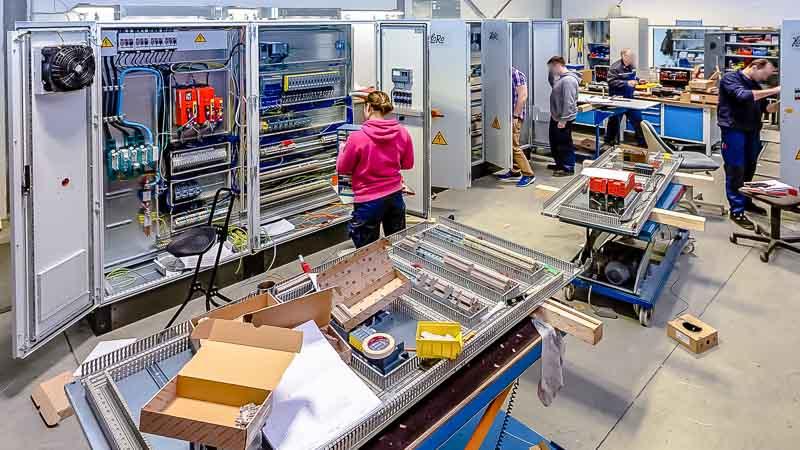 Hausinterner-Schaltschankbau-für-die-automatisierte-Fördertechnik-in-der-Industrie-4.0