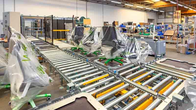 Vier Montageplätze mit der Rollenbahn verbunden - Effizienz auf geringem Raum