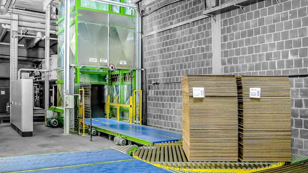 Gliederbandförderer für Wellpappe in Kombination mit einem Vertikalförderer für den Transport in die nächste Ebene - die Alternative zu einem Lastenaufzug