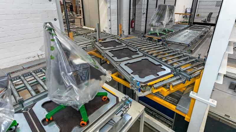 Lastenaufzug mit integirerter Drehstation - Anbindung von mehreren Montageplätzen für die zentrale Weiterleitung
