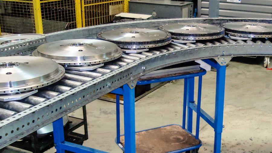 Materialschonender Transport über die Rollenbahn - eine vielzahl an Fördergütern werden auf diese Art bewegt