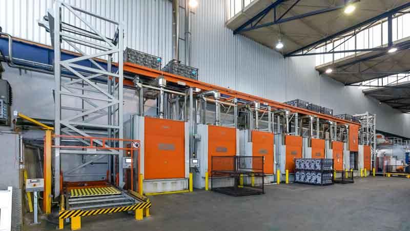 Metall-Guss Abkühlstrecke - platzsparend mit dem Vertikalförderer und Kettenförderer