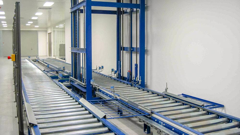 Mit dem Vertikalförderer läuft die schwere Ladung auch in die nächste Ebene - Schwerlastrollenbahnen machen es möglich