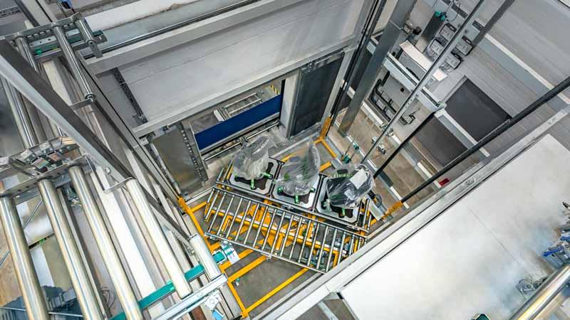 Mit dem Vertikalförderer mehrere Ebenen in der Industrie-Produktion verbinden - Intralogistik und Automatisierung