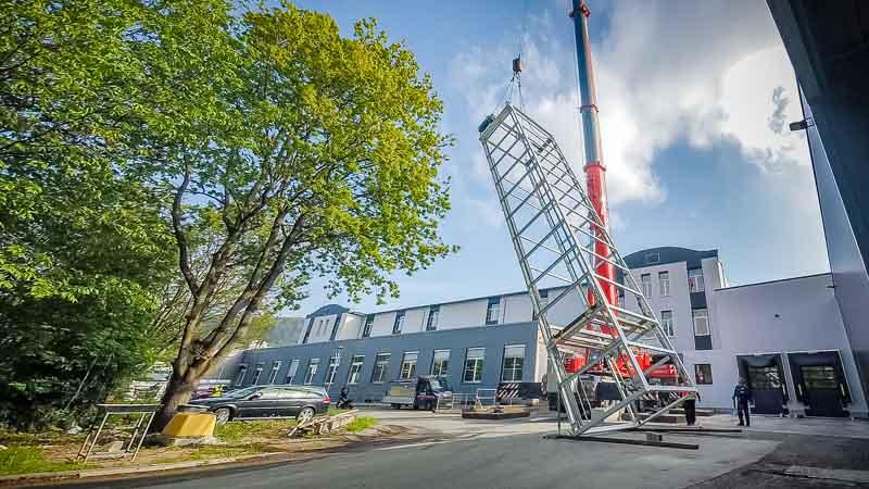 Montage-der-Fördertechnik-durch-HaRo-Fachpersonal - Vertikalförderer-durch-das-Dach