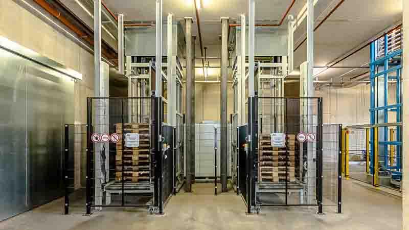 Paletten-Speicher im Kellergeschoss für die automatisierte Zuführung der Leerpaletten mit dem Vertikalförderer