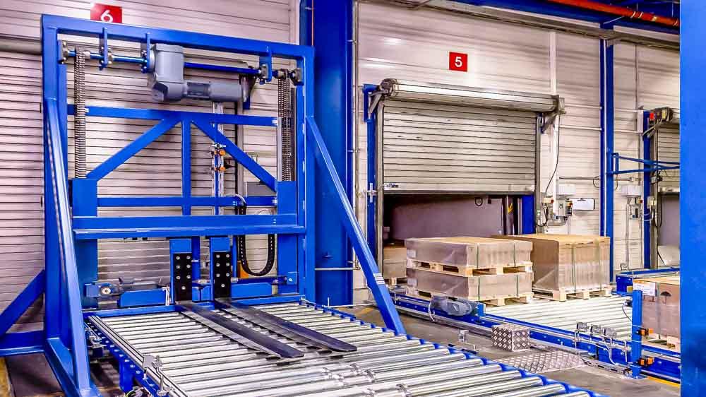 Palettendoppler bedeutet Platzeinsparung - Zweiständer-Vertikalförderer zum stapeln der Paletten übereinander