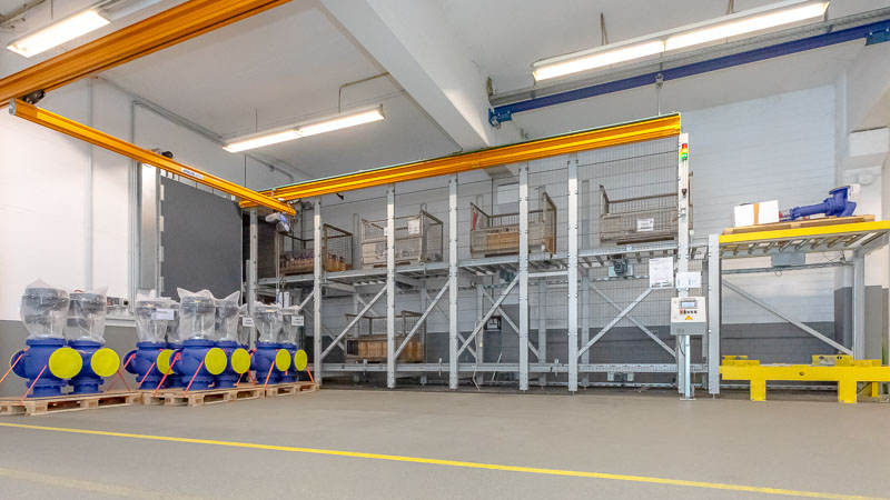 Rollenbahn Anbindung an den Vertikalförderer - Einbahnstraßensystem für die Transportrichtung