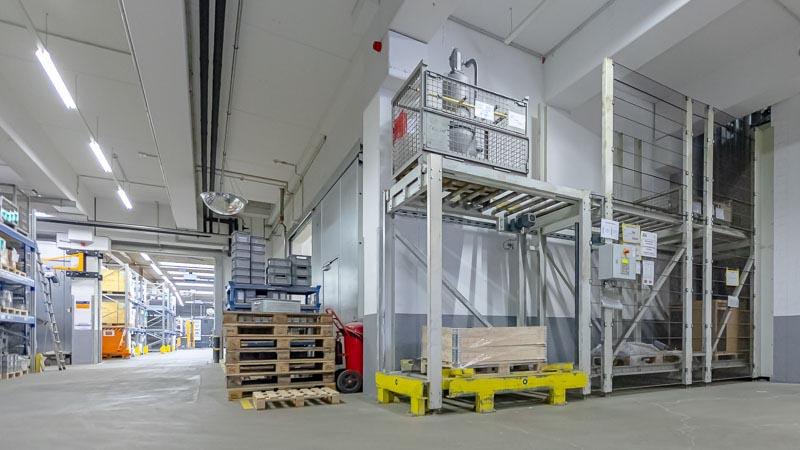 Rollenbahn auf zwei Ebenen - Paletten und Gitterboxentransport auf einer Förderanlage Kopie