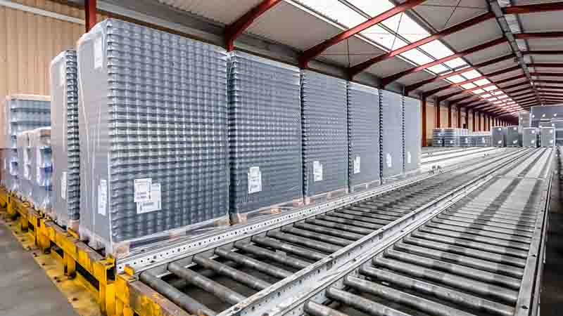 Rollenbahnen - Fragile Glaswaren auf der Europalette für den Weitertransport in der Fertigung