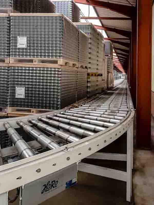 Rollenbahnkurve für platzsparenden Palettentransport über 100m Pufferstrecke