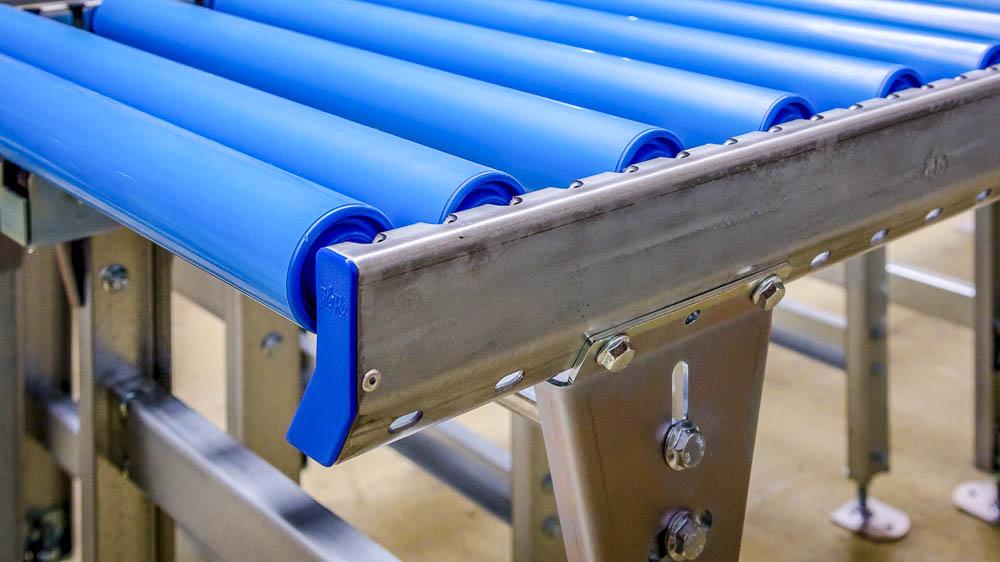 PVC Tragrollen in eine Rollenbahn selbst einbauen. Selbstmontage möglich mit HaRo Rollenbahnen.