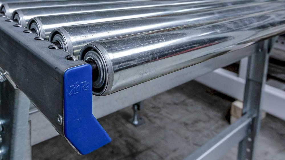 Stahl Tragrollen in eine Rollenbahn selbst einbauen. Selbstmontage möglich mit HaRo Rollenbahnen.