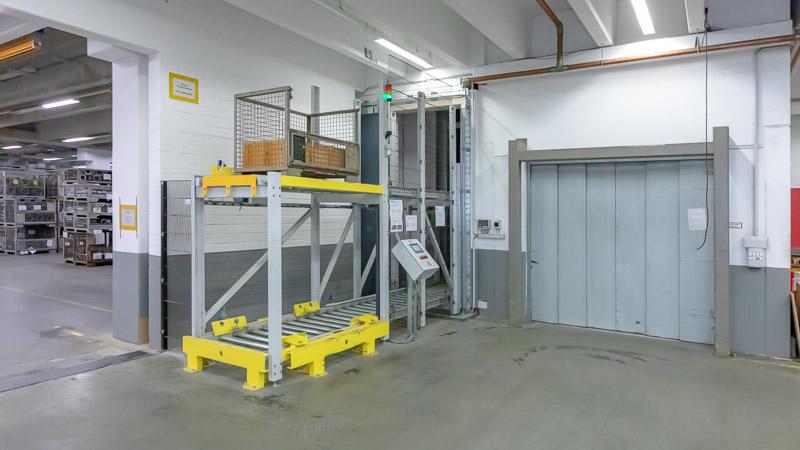 Vertikalförderer als Ersatz für den Lastenaufzug - geringere Betriebskosten und schnellere Lagerlogistik