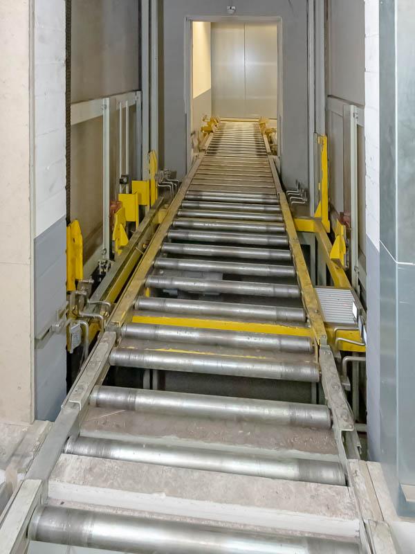 Vertikalförderer als automatisierter Ersatz für einen Lastenaufzug - Prozessautomatisierung und Mitarbeiterentlastung bei geringeren Kosten