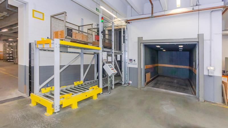 Vertikalförderer als automatisierter Ersatz für einen Lastenaufzug - geringere Betriebskosten und schnellere Lagerlogistik
