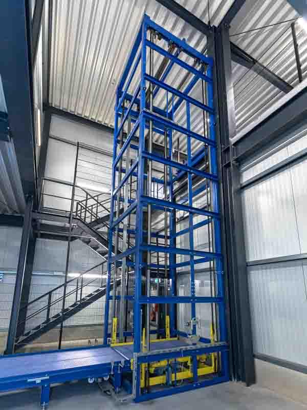Vertikalförderer mit Gliederbandförderer - Höhenüberwindung in der Fördertechnik