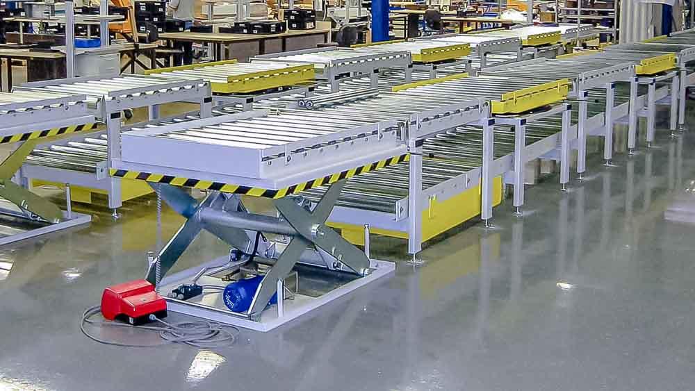 Vorgelagerter Hubtisch für die einfache Auf- und Abgabe der Paletten auf die Rollenbahn
