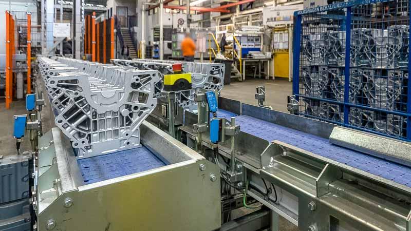 Vorsortierung der Aluminium-Werkstücke auf dem Gliederband
