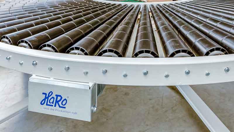 angetriebene Rollenbahnkurve mit konischen Tragrollen für den reibungslosen Palettentransport